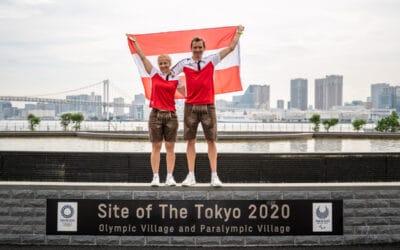 Eröffnung: Duo trägt die rot-weiß-rote Fahne