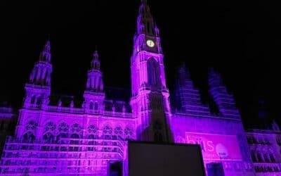 VIDEO: Das Rathaus strahlt in violett